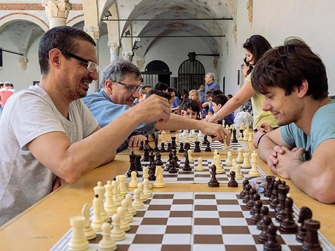 Milano,  la festa degli scacchi per  ricordare il ciclista travolto   e uccisoLe immagini