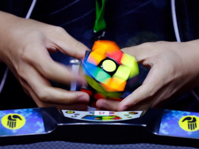 Cubo di Rubik, nuovo record: risolto in 4,22 secondi