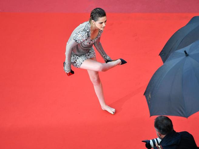 Cannes, Bella Hadid è una sirena sul red carpet e Kristen Stewart si toglie le scarpe