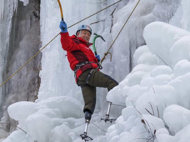 Alpinista con le gambe amputate scala l'Everest a 69 anni