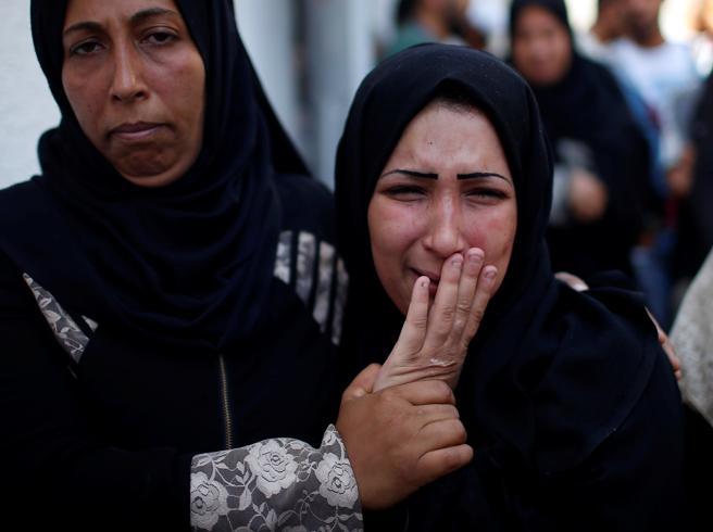 Gaza seppellisce i suoi 60 morti Allerta e sirene nel sud di Israele