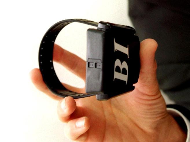 Al via i nuovi braccialetti elettronici anti-stalking