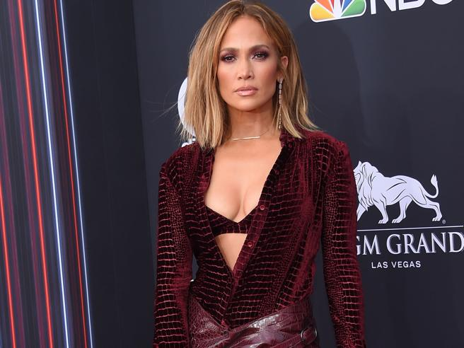 Las Vegas: Taylor Swift in rosa, JLo pitonata ai Billboard Awards