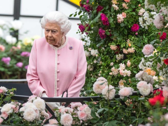 Chelsea: Elisabetta II in rosa fra le rose al Flower Show