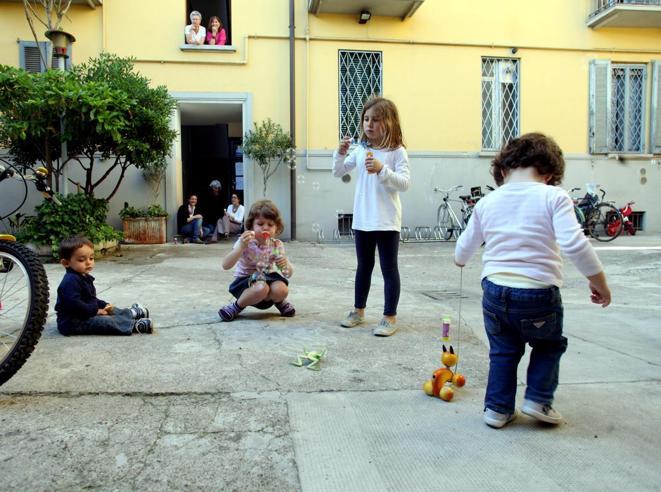 Milano, vietato giocare nei cortili Regole stringenti nei condomini
