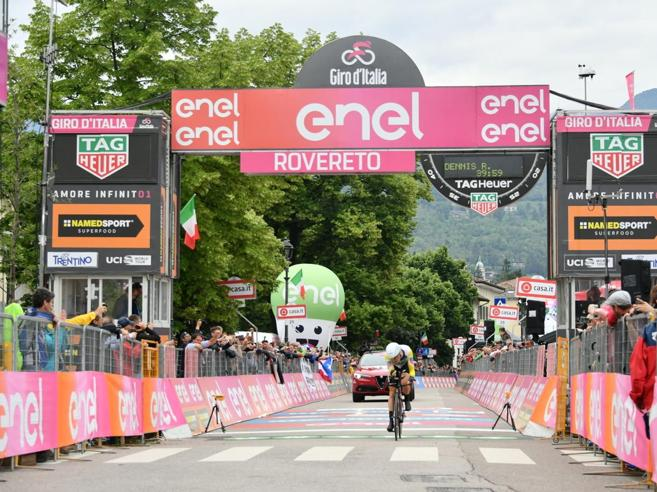 Giro d'Italia 2018, la crono di Rovereto a Dennis. Yates  resta in rosa. Aru vola ed è penalizzato «dalla Var»