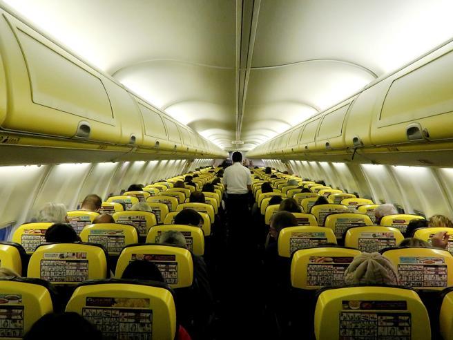 Aerei, «troppi bagagli gratis» Ryanair potrebbe cambiare le regole