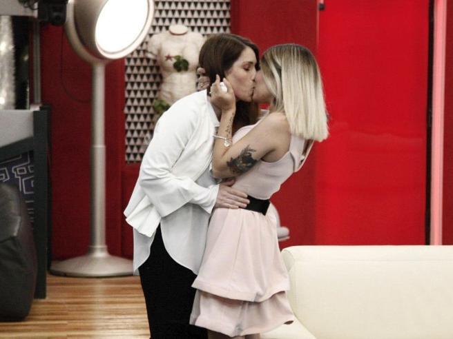 Grande Fratello 2018, il bacio fra Valentina e Veronica