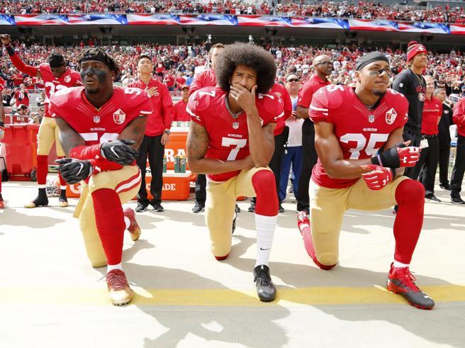 Usa, giocatori di football multati se si inginocchiano durante l'inno
