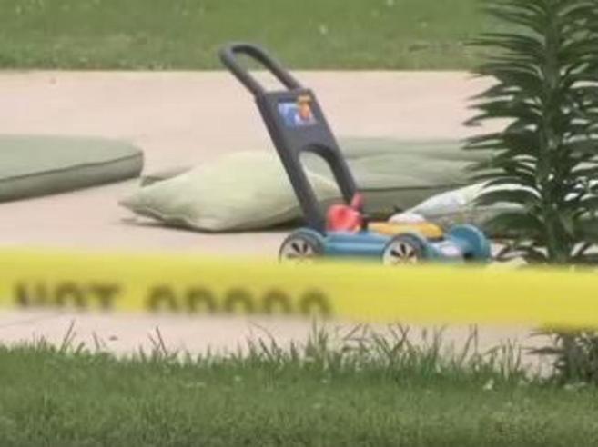 Pensa la pistola sia un   giocattolo:    a 4 anni uccideil fratellino di due