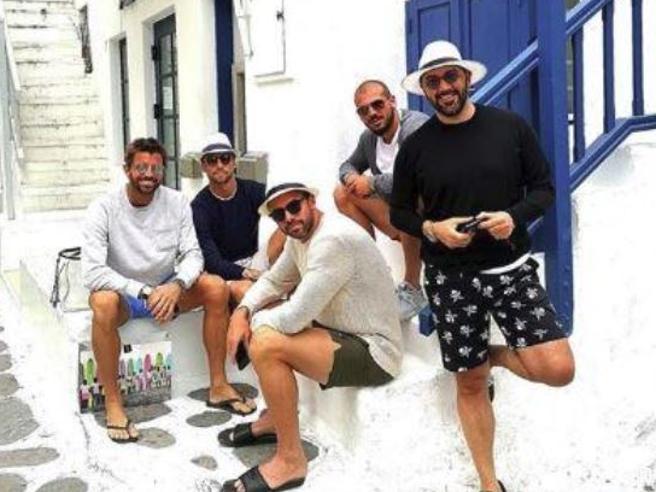 Marchisio, Barzagli e Sturaro a Mykonos (con mogli e fidanzate): tempo di vacanze per i calciatori