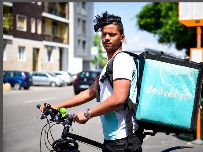 Milano, il primo sciopero dei fattorini in bici: la protesta del lavoro povero giovanile