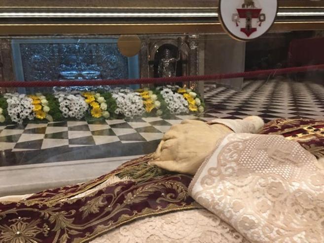Papa Giovanni XXIII, le mani di cera deformate dal caldo nel  viaggio