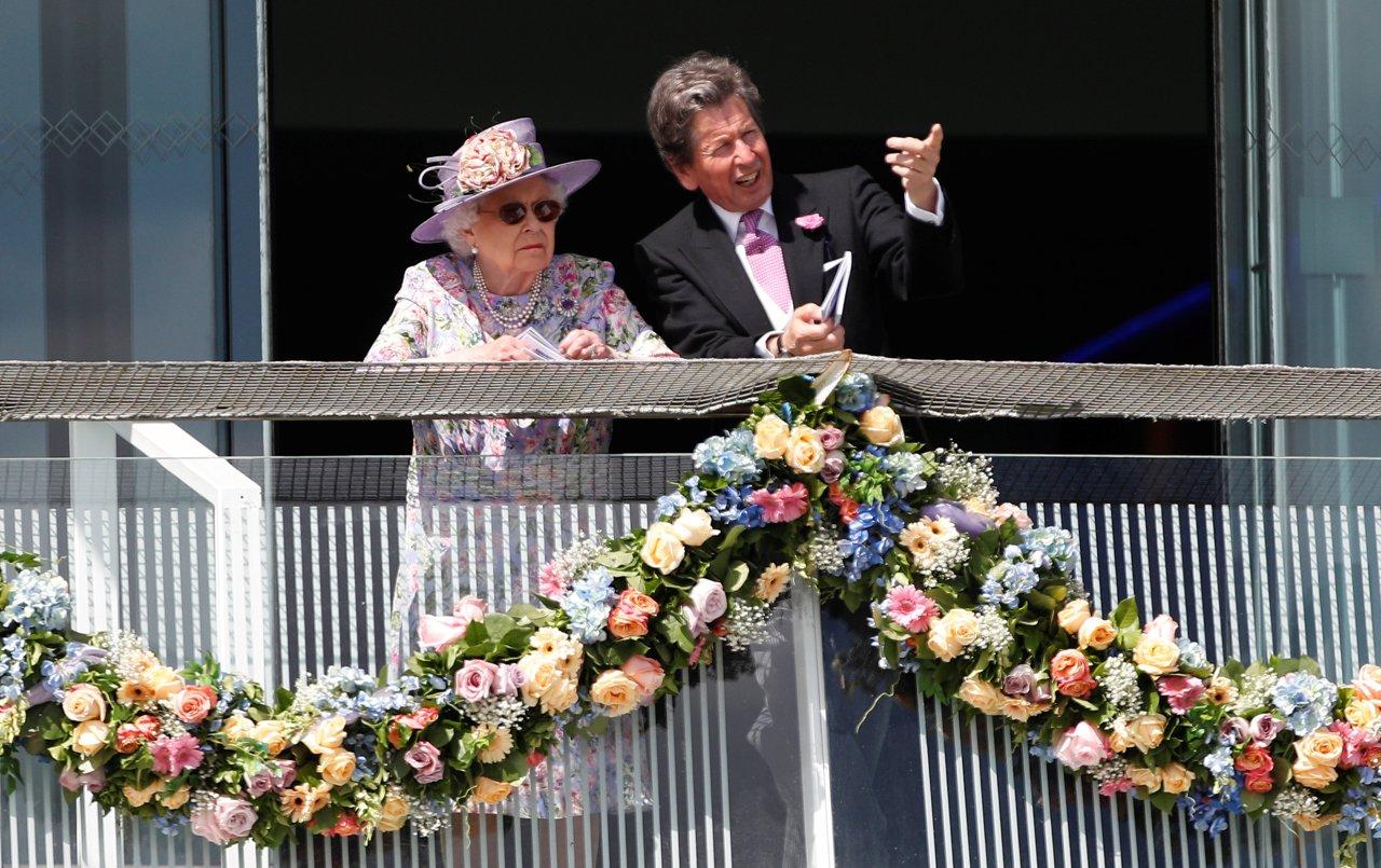 Regina Elisabetta in viola  al derby di Epsom cappelli e look ... 17b49c757105