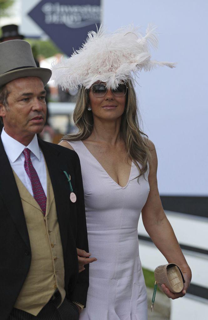 E all evento ippico c è anche Liz Hurley di bianco vestita e con un look  che non passa affatto inosservato (Ap) 263c88c0430a
