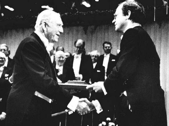 Franco Modigliani (a sinistra, 1918-2003) mentre riceve il premio Nobel per l'economia, che gli fu assegnato nel 1985,  dalle mani del re Carlo XVI Gustavo di Svezia (foto Ansa)