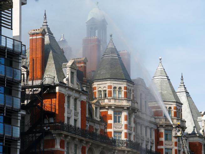 Incendio a Londra in fiamme hotel di lusso Mandarin a Knightsbridge