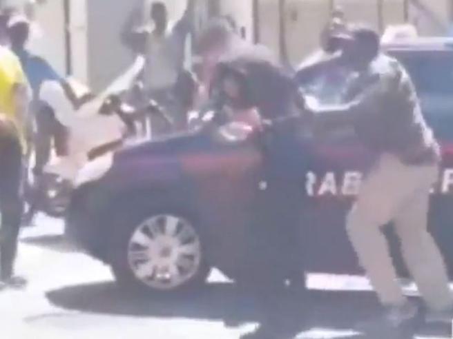 Pisa, carabinieri aggrediti da venditori senegalesi durante controllo anti abusivi|Video