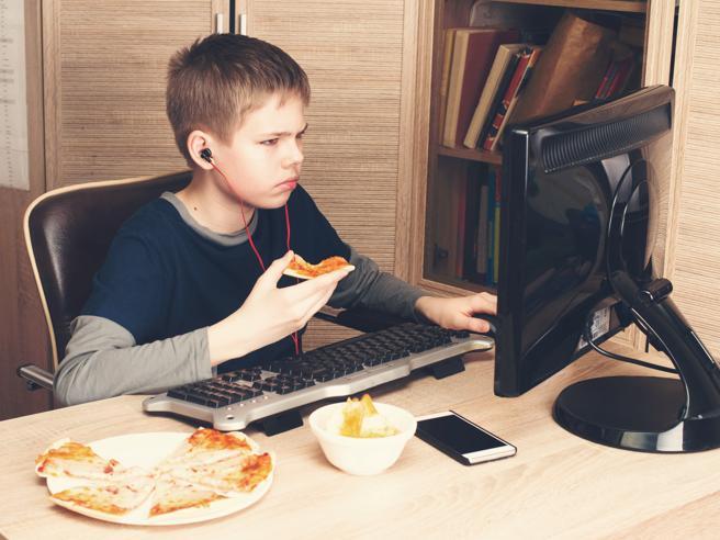Non fare i nottambuli aiuta a mangiare in modo più regolare