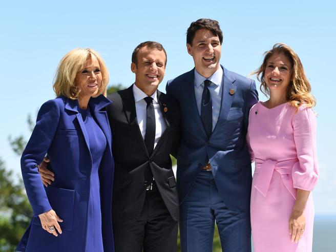 Melania Trump non c'è, Brigitte Macron in blu,  rosa  per lady Trudeau