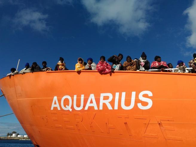 Italia-Malta, scontro su nave dei migrantiSalvini nega i porti e  Aquarius è  in mare