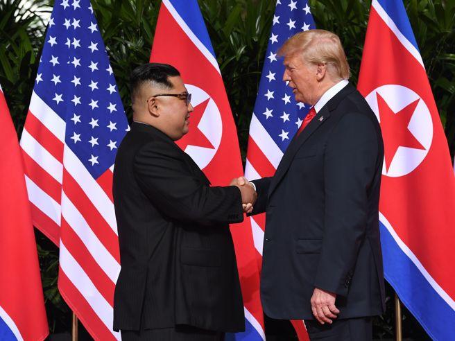Kim-Trump, a Singapore la storica stretta di mano | E di sera a sorpresa il «Maresciallo» fa il turista: foto