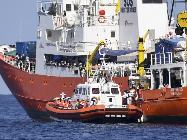 Odissea Aquarius, la nave di migranti cambia rotta e ora si dirige verso la Sardegna