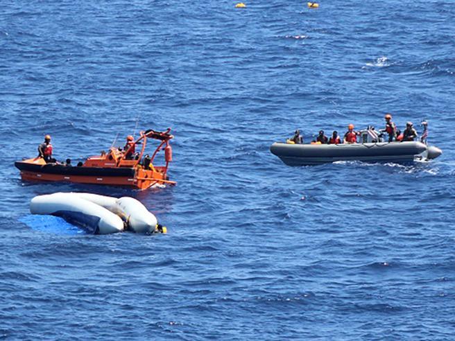 La nave Usa non ha celle frigorifere: lasciati in mare i corpi di 12 migranti