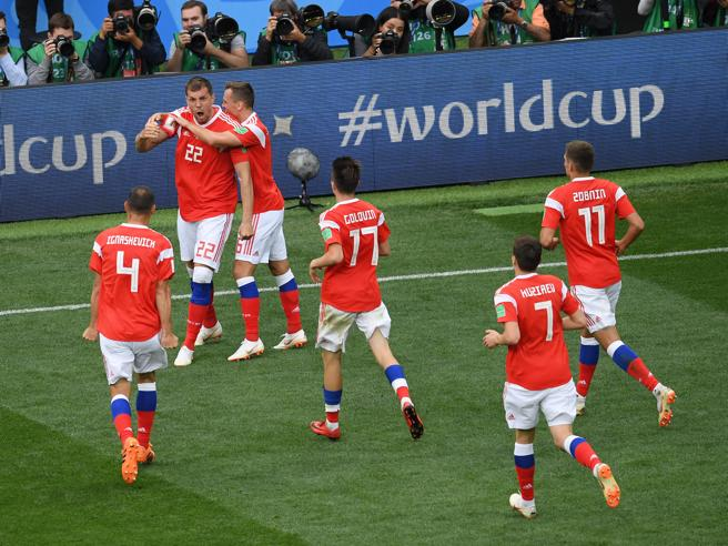 Mondiali    goleada Russia    Arabia Saudita travolta 5-0    Golovin showIl debutto tra Putin