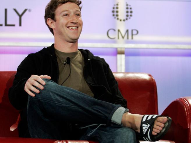 Coi fiori, il marsupio o a righe: la riscossa delle ciabatte di gomma (Zuckerberg docet)