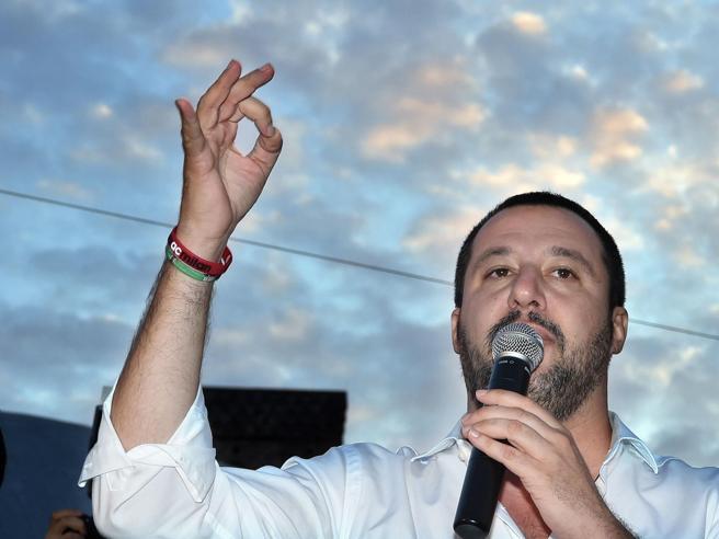 Migranti, Salvini: «Altre due navi ong dalla Libia, non sbarcheranno in Italia». La ong Lifeline: «Fascista»