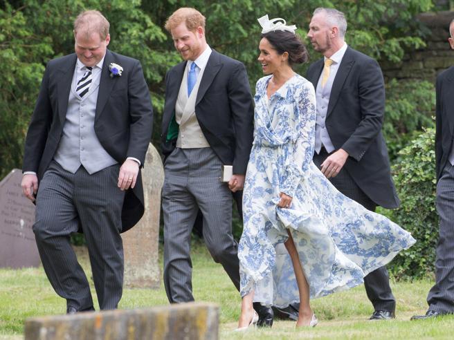 Abito floreale, spacco: Meghan protagonista con Harry al matrimonio della nipote di Diana (ma rischia lo scivolone)