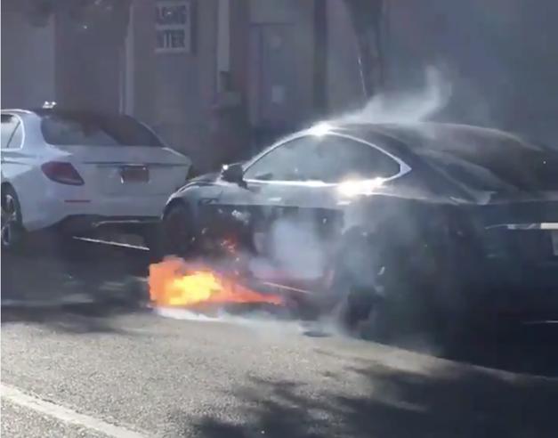 I guai di Tesla, Musk manda  mail ai dipendenti: attenti, c'è una spia Intanto un'auto prende fuoco