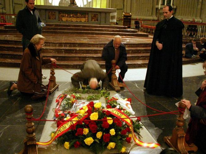 Il neo premier Sánchez: «È ora di trasferire la tomba di Franco»