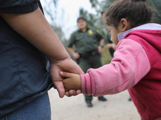 Alla frontiera tra Messico e Texas Nel limbo delle famiglie in fugaIl pianto disperato dei bambini