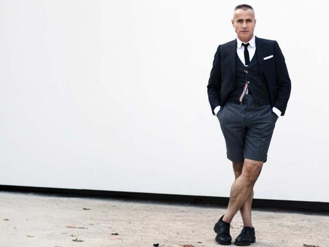 «Volevo i pantaloni corti», anche sull'abito elegante. Parola di stilista