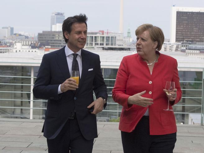 Migranti, Merkel fa marcia indietro e chiama Conte: «Bozza