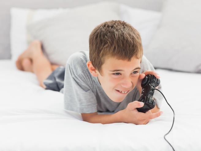 Non va in bagno per non staccarsi dal videogame, bambino di 10 anni operato all'intestino