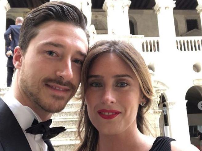 Maria Elena Boschi in nero incanta Venezia (insieme al fratello Pier Francesco)