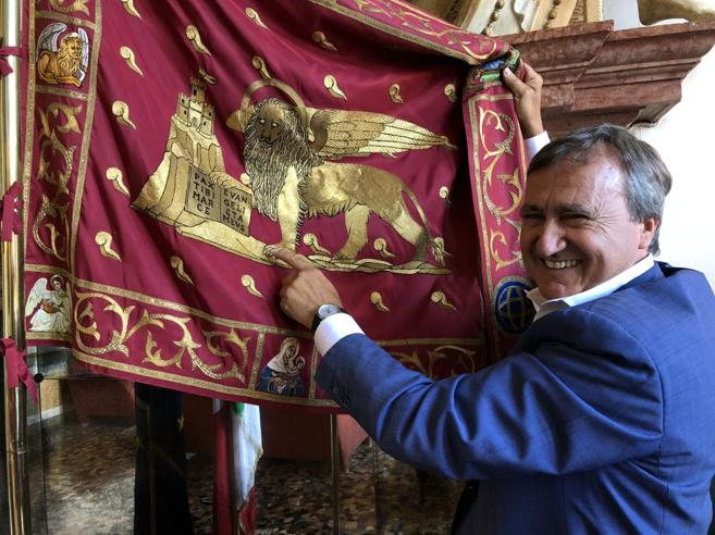 Il sindaco di Venezia: «I turisti mordi e fuggi  paghino di più»