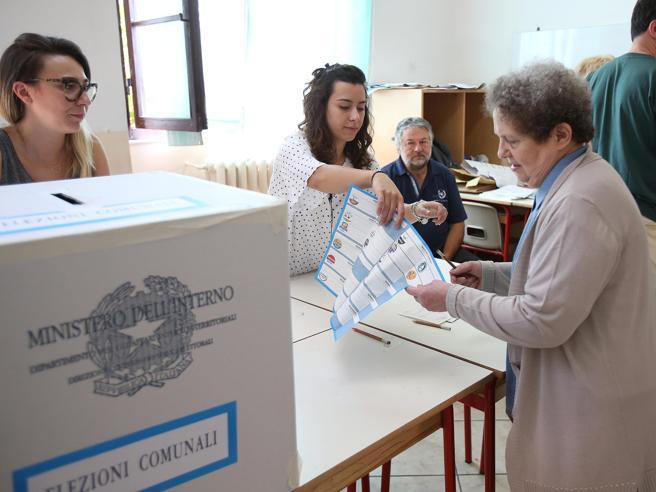 Urne aperte per i ballottaggi: 2,8 milioni al voto e  sfida in 75 Comuni Primo turno