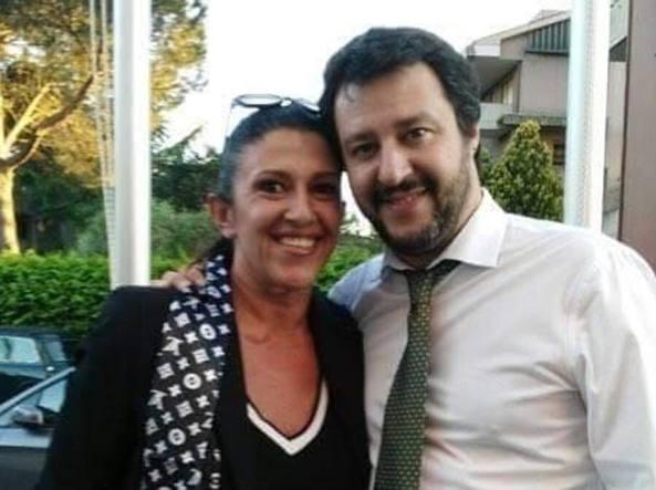 Simona Amadio, la cancelliera del tribunale di Roma arrestata, in una foto (dal suo profilo Facebook) con Matteo Salvini