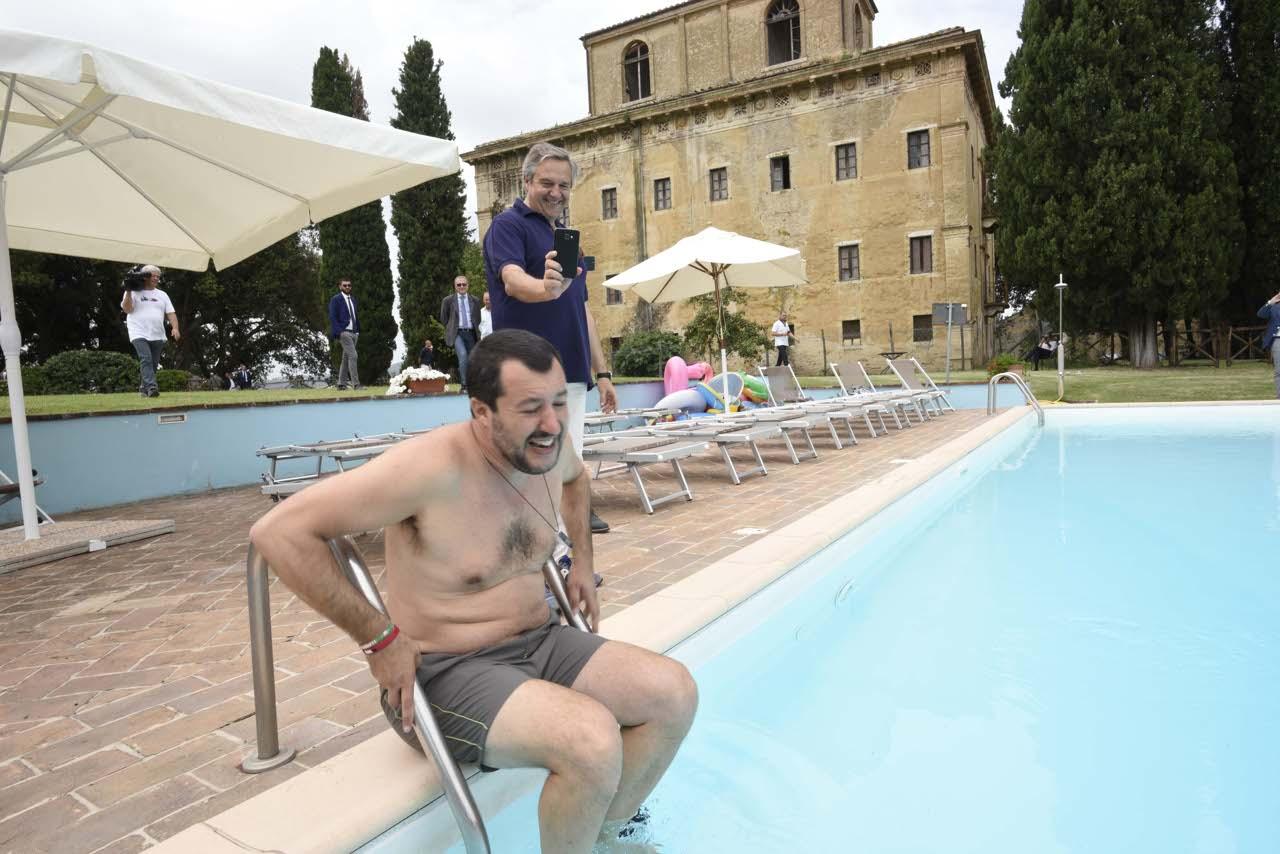 salvini in piscina foto del bagno nella villa confiscata