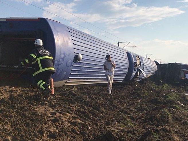 Turchia, crolla il ponte e deraglia un treno:  almeno 24 morti Video