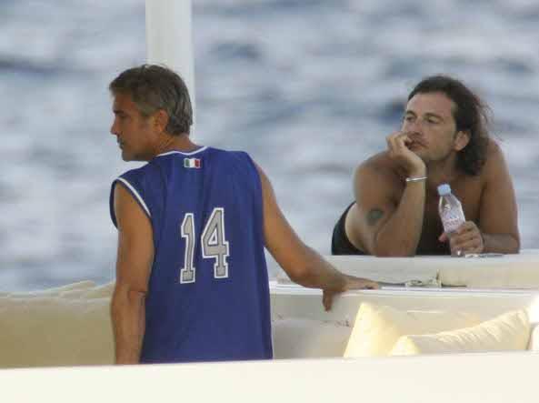 L'incidente in moto, i formaggi, lo yacht, Elisabetta Canalis: la Sardegna di George Clooney