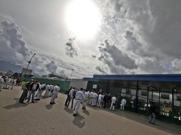 Operai in attesa del turno di lavoro all'esterno dello stabilimento di Pomigliano