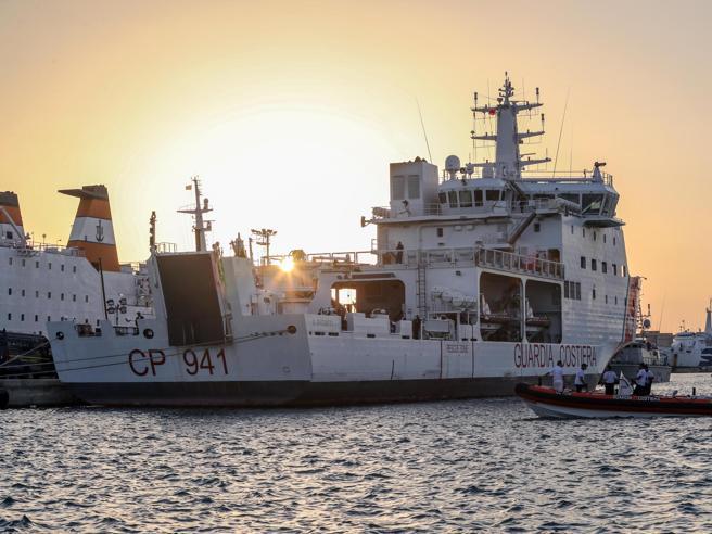 Nave Diciotti |  Mattarella interviene |  via allo sbarco  Salvini |  «Stupore»  E attacca i pm