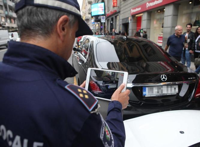 Milano, sms e telefonate alla guida: arriva una raffica di multe, 400 al mese