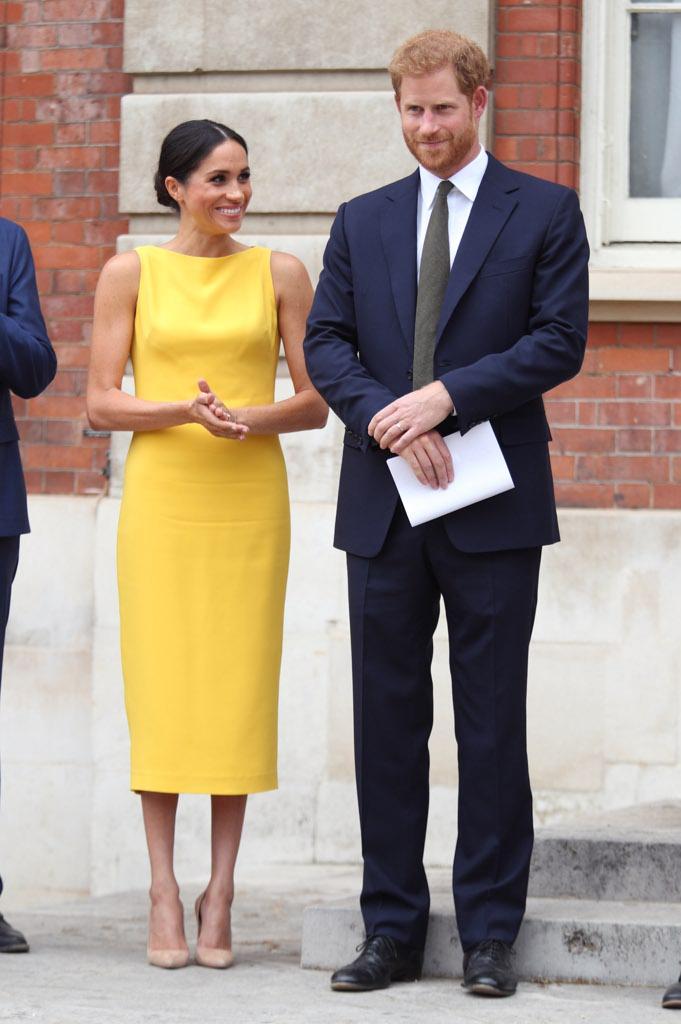 97a63ae472e7 L abito di Kate è della stessa identica tonalità di quello usato da Meghan  Markle appena una settimana fa per un impegno pubblico con il neo marito  Harry ...