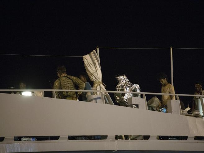 Migranti, in condizioni critiche uno degli sbarcati. Al via